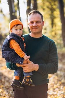 Jovem pai com filho pequeno no parque