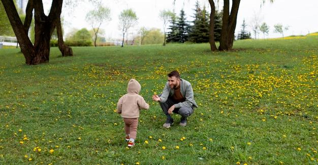 Jovem pai com seu bebê ao ar livre