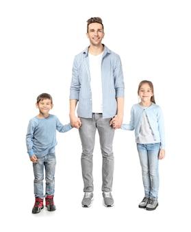 Jovem pai com seus filhos pequenos na superfície branca