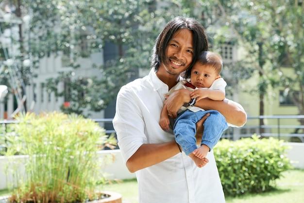 Jovem pai e filho pequeno