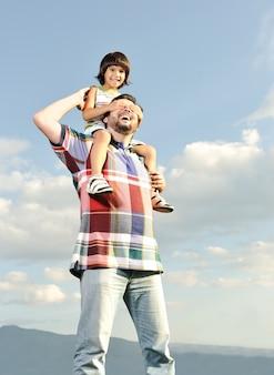 Jovem pai e seu filho nas costas