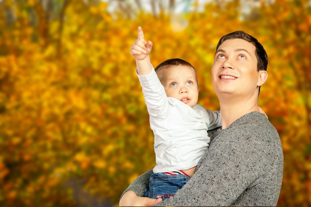 Jovem, pai, e, seu, sorrindo, filho, abraçando, e, desfrutando, tempo, junto, dia pai, celebração