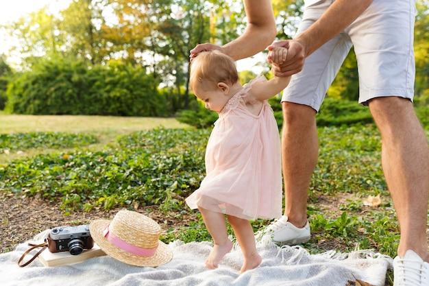 Jovem pai feliz brincando com sua filha