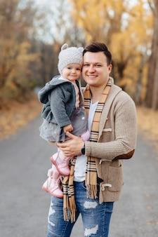 Jovem, pai, jogo, com, filha pequena, em, outono, parque, estrada