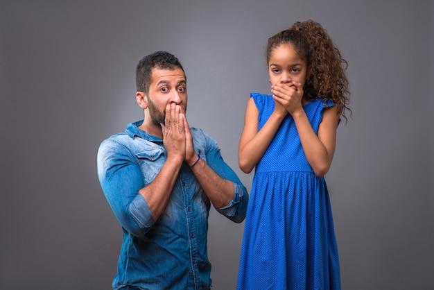 Jovem pai negro com sua filha adolescente