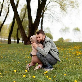 Jovem pai passando um tempo com sua adorável filha