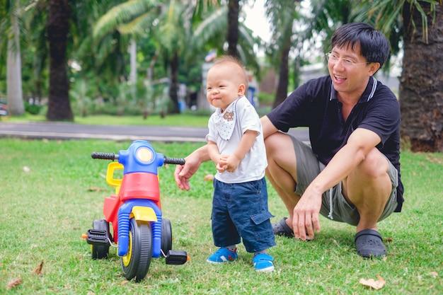 Jovem pai passar um tempo com seu bebê fofo criança asiática