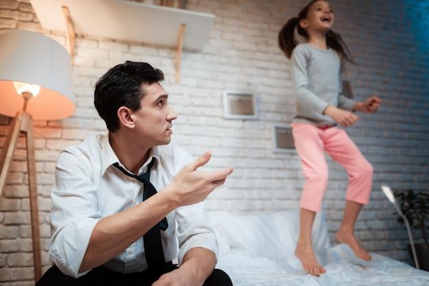 Jovem pai pede a sua filha para não interferir com ele.