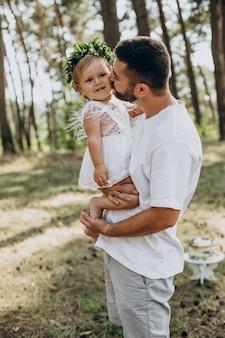Jovem pai segurando sua filha bebê de um ano