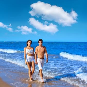 Jovem, par caminhando, praia, costa