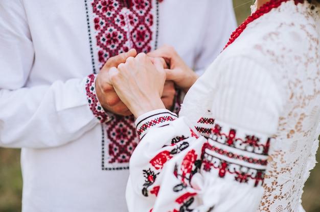 Jovem, par casado, segurando, mãos, cerimônia, dia casamento