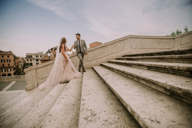 Jovem, par casando, ligado, espanhol, escadas, em, roma, itália
