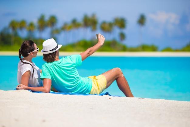 Jovem, par feliz, fazendo, um, selfie, com, telefone móvel, ligado, praia