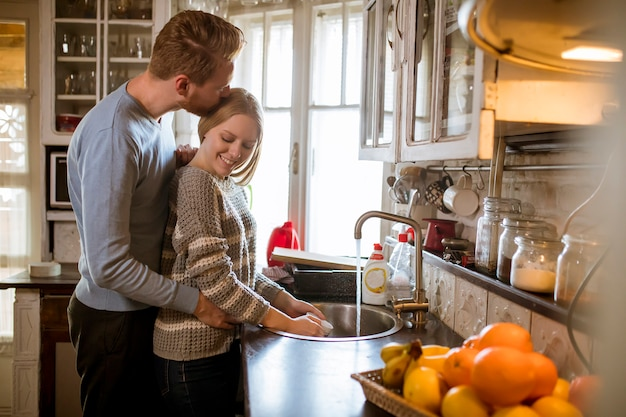 Jovem, par feliz, lavando, pratos
