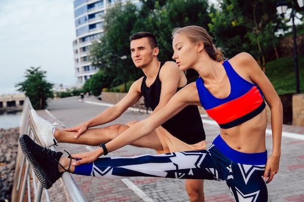 Jovem, par saudável, fazendo, esportes, exercícios, para, pernas, desgastar, sportswear, malhação, ao ar livre