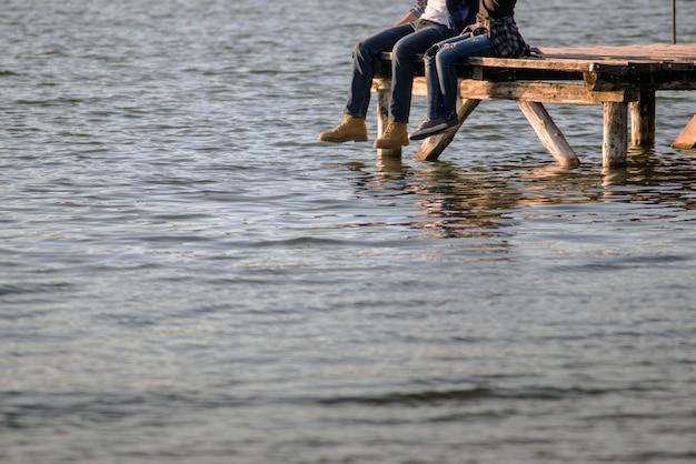 Jovem, par, sentando, tábua, pier
