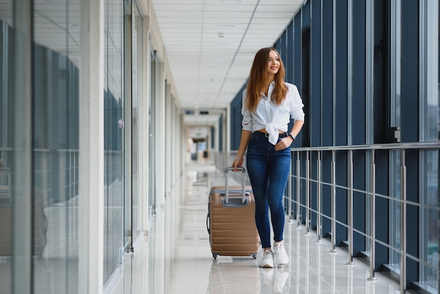 Jovem passageira no aeroporto