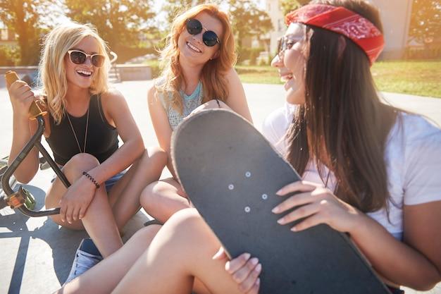 Jovem passando um tempo juntos no skatepark