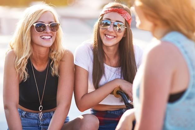 Jovem passando um tempo juntos no skatepark Foto gratuita