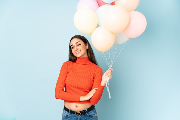 Jovem pegando muitos balões