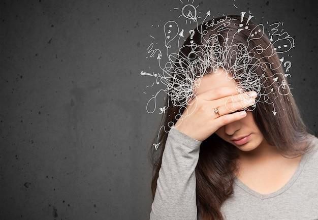 Jovem pensativo estressado com uma bagunça