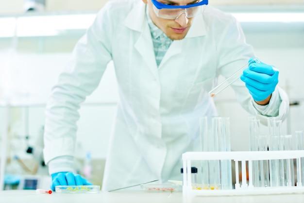 Jovem pesquisador com tubo de ensaio