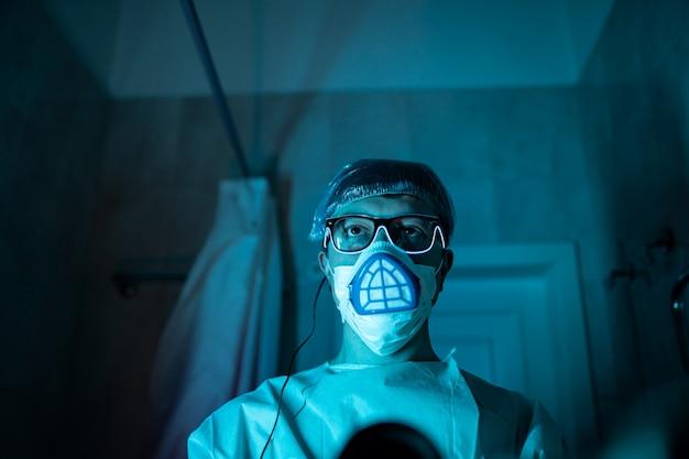 Jovem pesquisador masculino, realizando experimentos científicos.