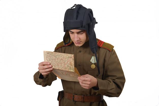 Jovem petroleiro soviético olha para um mapa