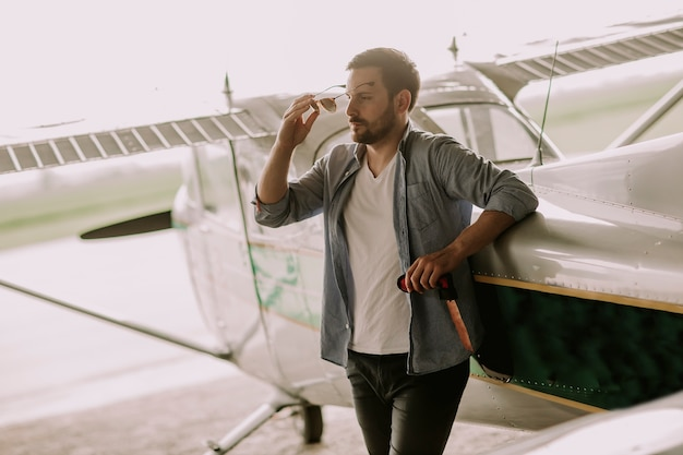 Jovem, piloto, verificar, ultralight, avião, antes de, vôo