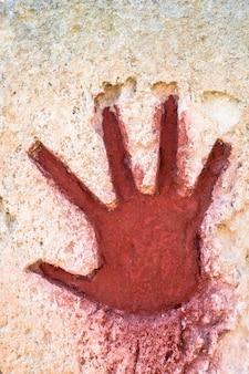 Jovem pintado à mão em vermelho sobre pedra - elemento gráfico gótico