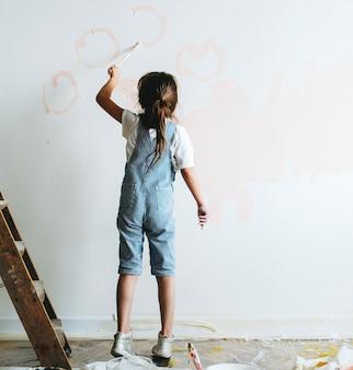 Jovem pintando as paredes rosa