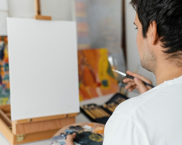 Jovem pintando com acrílico