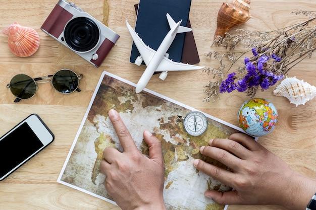 Jovem planejando viagens de férias com mapa. vista do topo.