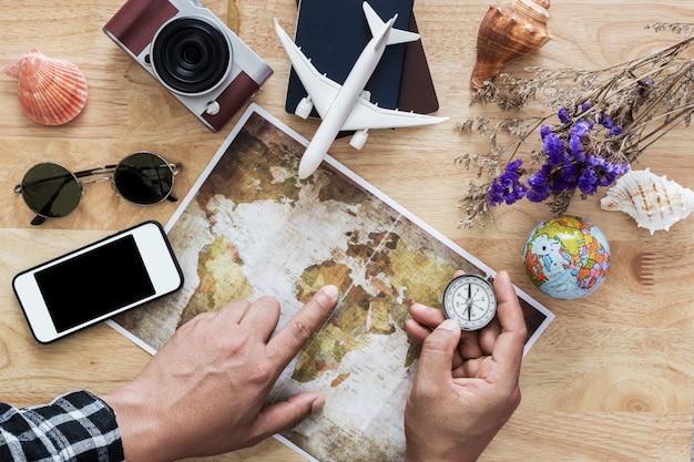 Jovem planejando viagens de férias com mapa. vista do topo. Foto Premium