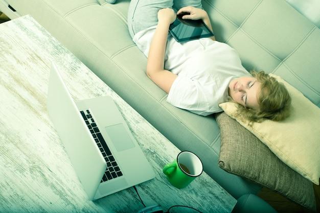 Jovem plus size mulher adormeceu na sala de estar