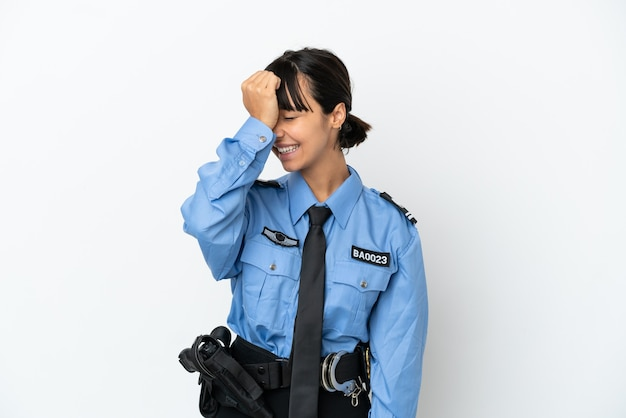 Jovem policial mestiça mulher isolada de fundo percebeu algo e com a intenção de encontrar a solução