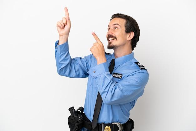 Jovem policial sobre fundo branco isolado apontando com o dedo indicador uma ótima ideia