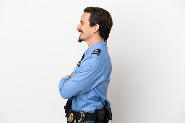 Jovem policial sobre fundo branco isolado em posição lateral