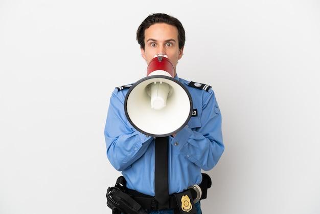 Jovem policial sobre fundo branco isolado gritando em um megafone