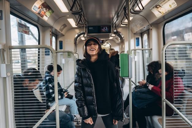 Jovem posando para a câmera em transporte público