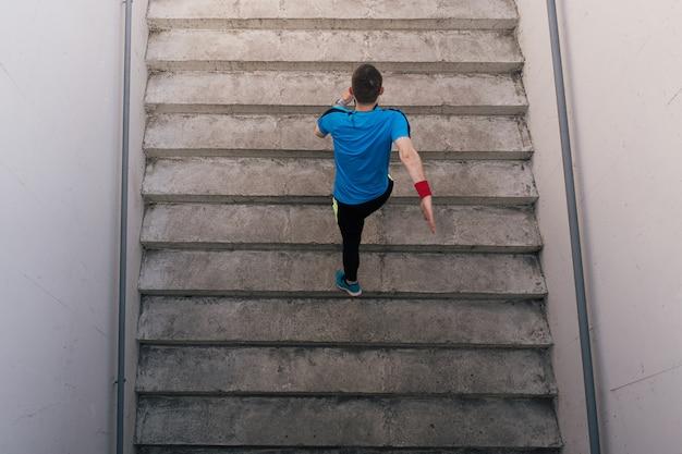 Jovem praticando exercícios de intervalo nas escadas