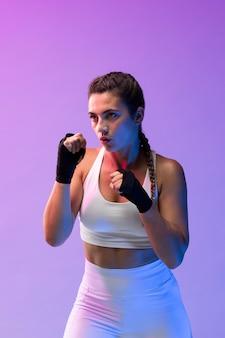 Jovem praticando kickboxing