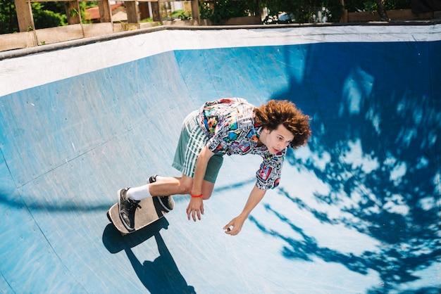 Jovem praticando skateboarding