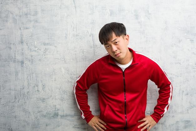 Jovem praticante de fitness chinês repreendendo alguém muito zangado