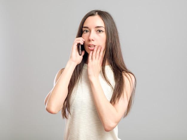 Jovem preocupada falando ao telefone