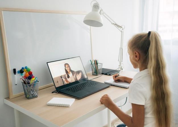 Jovem prestando atenção nas aulas online