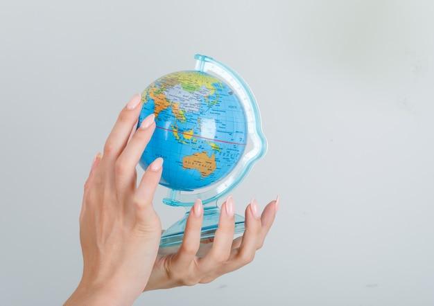 Jovem procurando um destino no globo