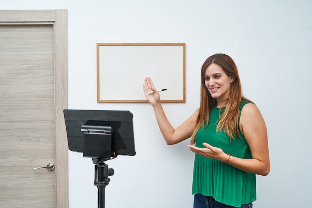 Jovem professor dando aulas on-line em casa por videochamada. conceito de novas tecnologias, estudo e aulas on-line.
