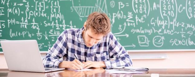 Jovem professor trabalhando com um laptop ou dando uma palestra on-line seminário on-line