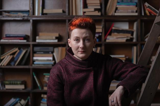 Jovem professora com fundo de estantes de livros